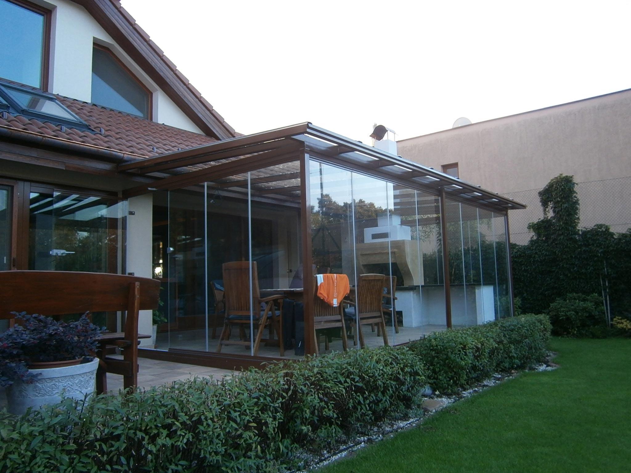Cerramiento de cristal con pérgola en porche Eslovaquia